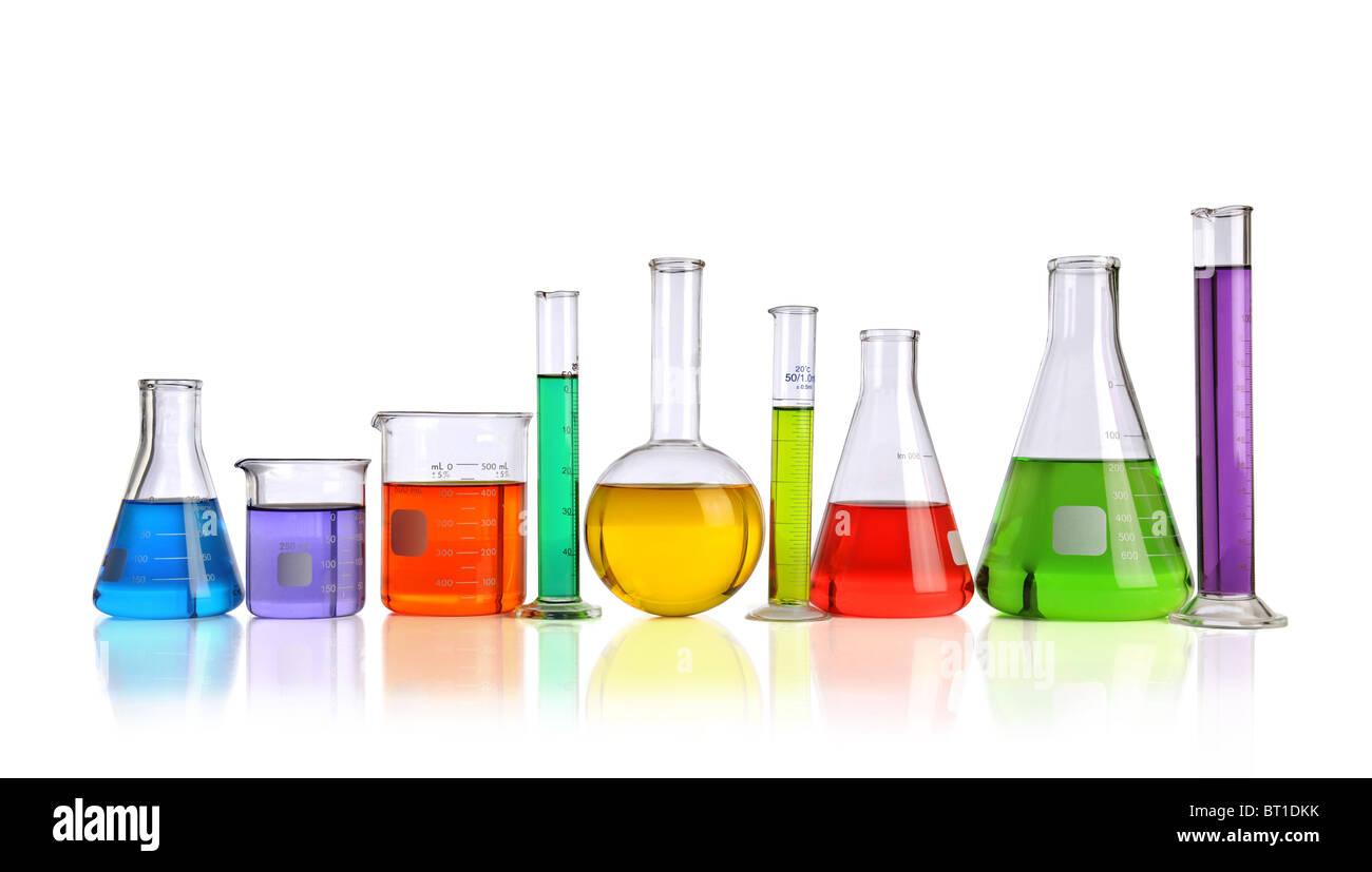 Verrerie de laboratoire avec des liquides de différentes couleurs avec des réflexions sur la table Banque D'Images