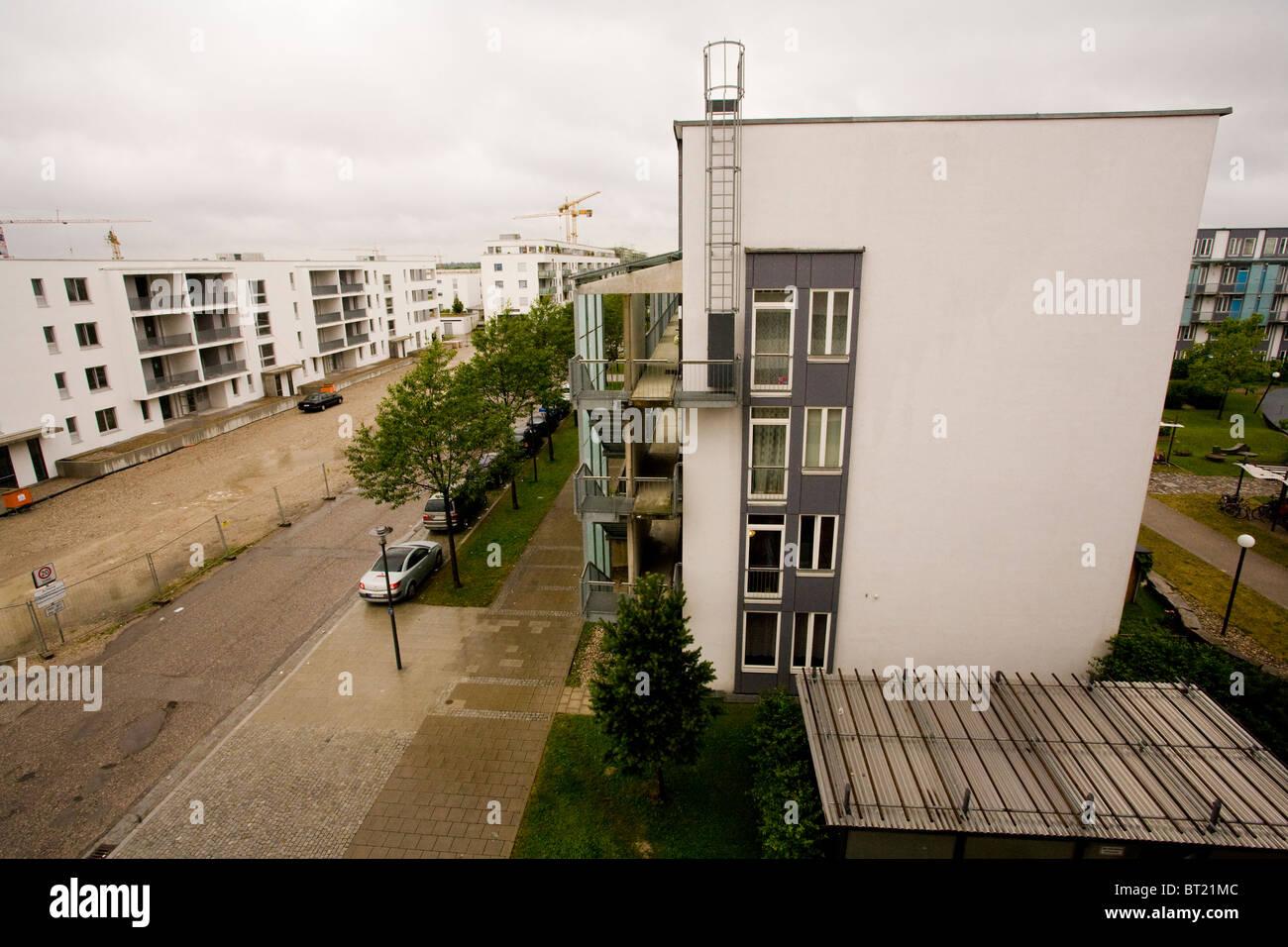Un terne et ennuyeuse et offres de logement social en Allemagne sous un ciel couvert et pluvieux. Photo Stock