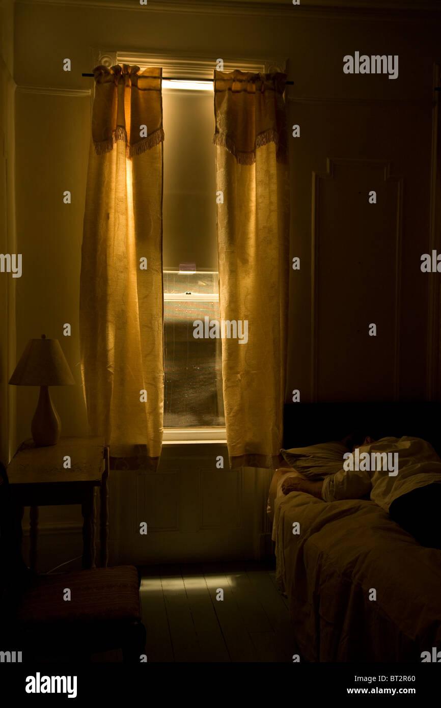 Chambre d'hôtel de l'intérieur , homme dormir, monochromatic Banque D'Images