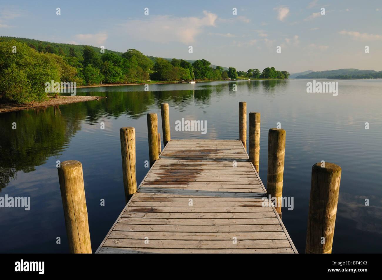Au fil de l'eau jetée Coniston en été dans le Lake District Photo Stock