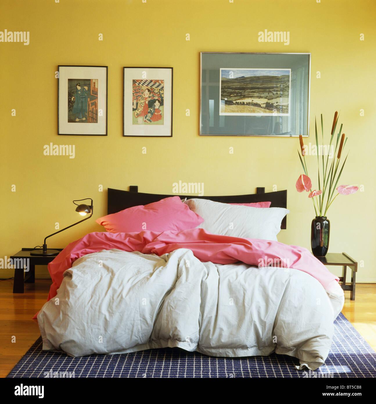 Groupe d\'images en désordre au-dessus de lit avec couette rose et ...