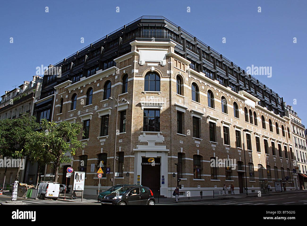 Paris bureau de poste bâtiment en brique fine étendue jusqudeux