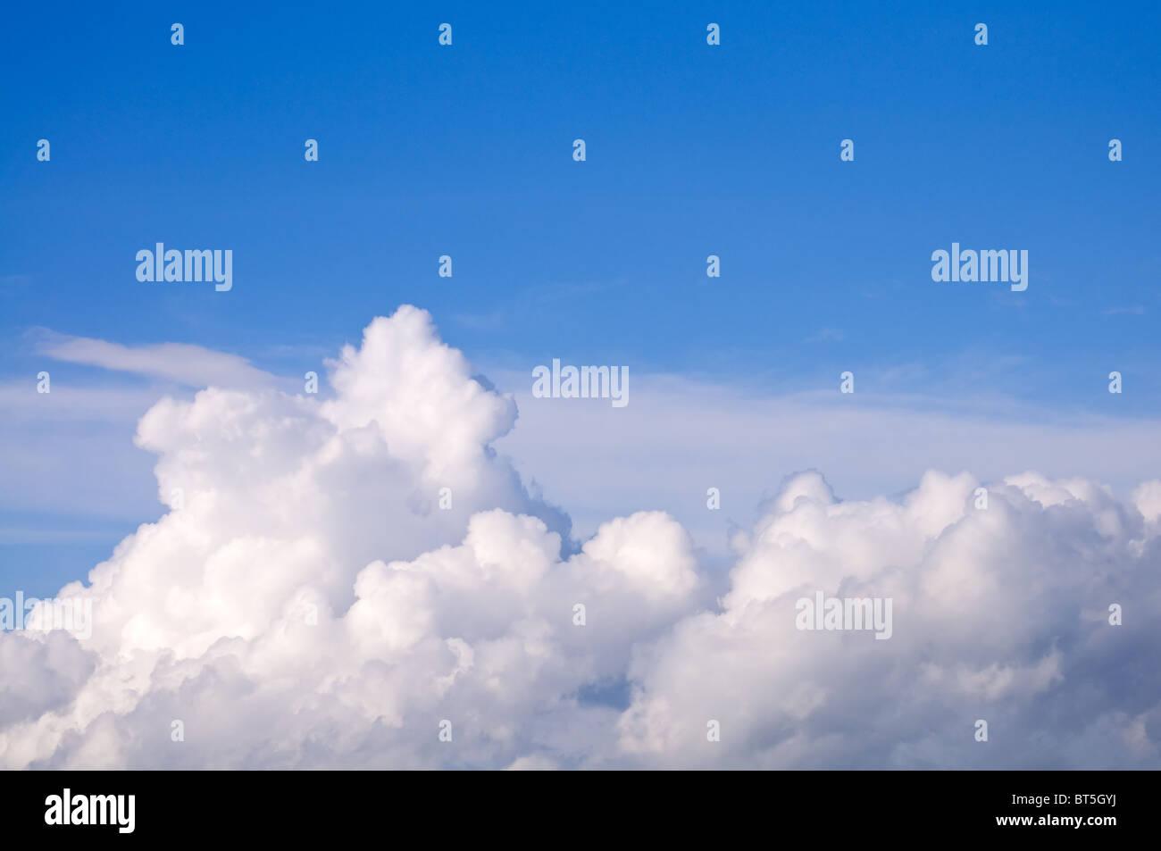 Belle nuages contre le ciel bleu Photo Stock