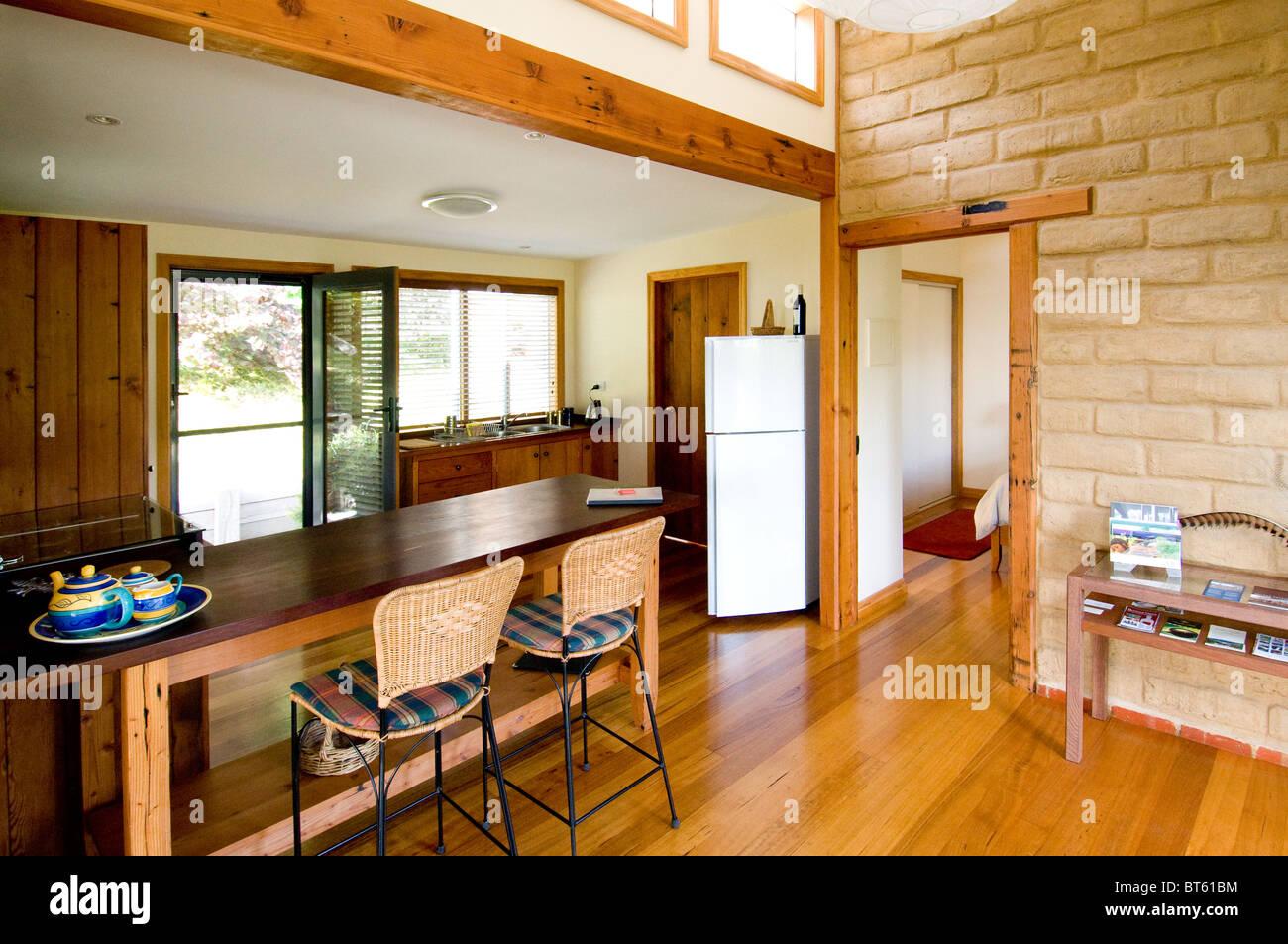 https://c8.alamy.com/compfr/bt61bm/melbourne-australie-du-sud-australie-bungalow-interieur-sud-surface-habitable-de-larchitecture-lasie-larriere-plan-bambou-plage-lit-bt61bm.jpg
