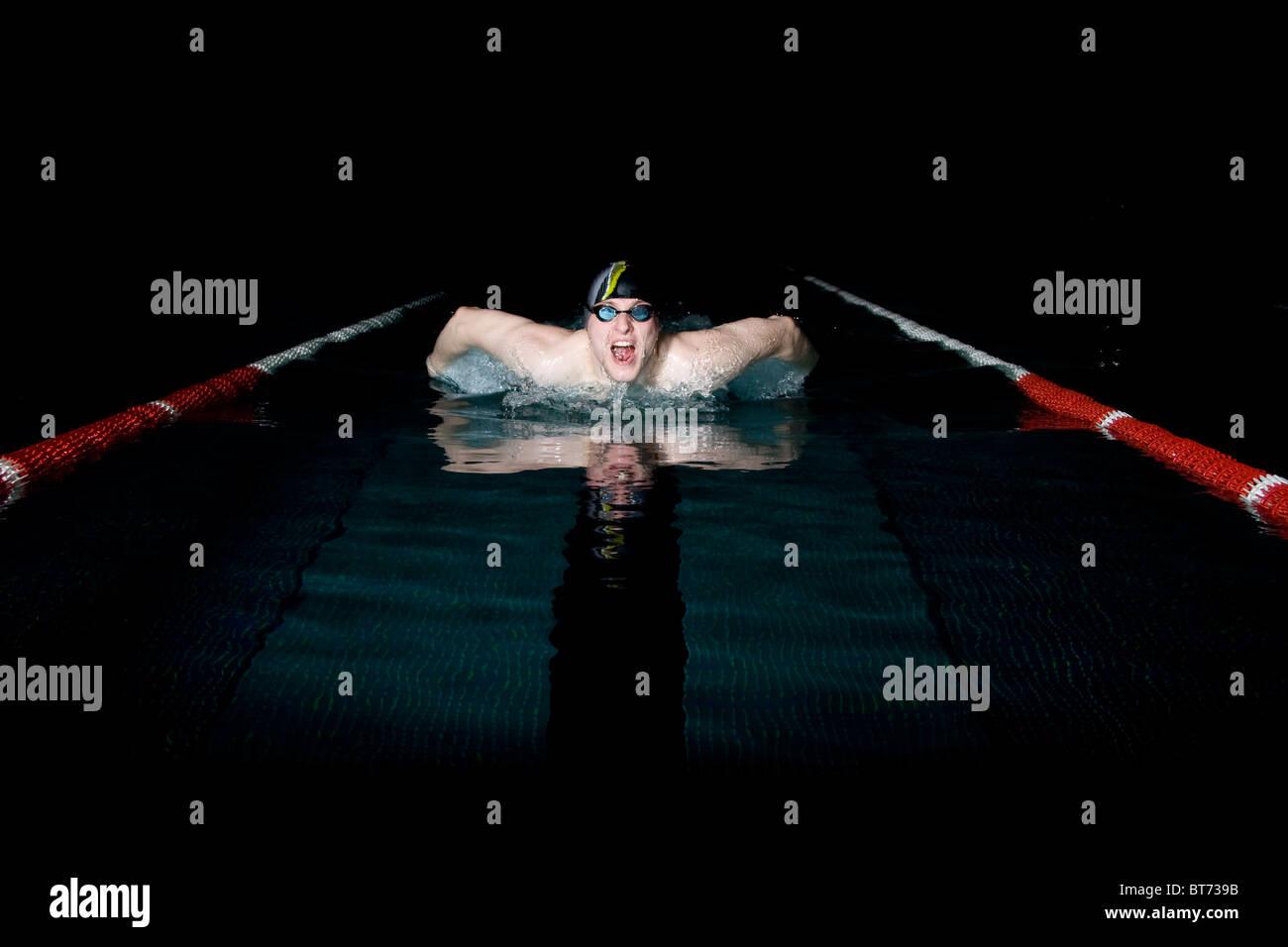 Nageur professionnel prenant souffle durant la natation papillon Photo Stock