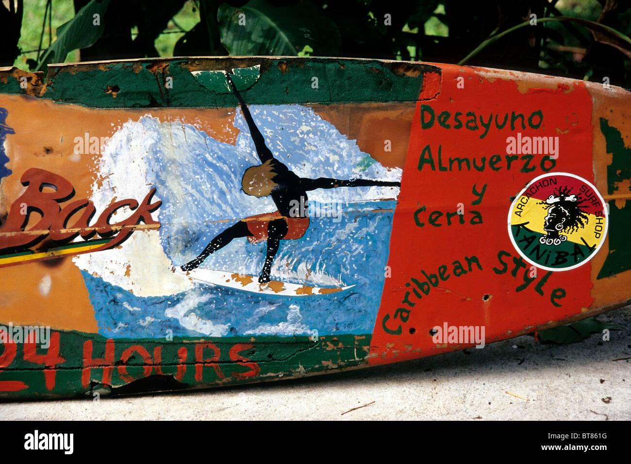 Planche en couleur, restaurant publicité peinte sur elle, côte des Caraïbes, Puerto Viejo de Talamanca, Photo Stock