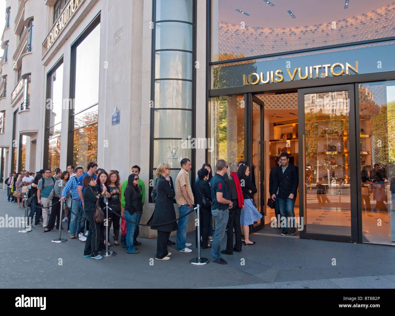 De l'extérieur de la file d'acheteurs Louis Vuitton store sur les Champs Elysées à Paris France Banque D'Images