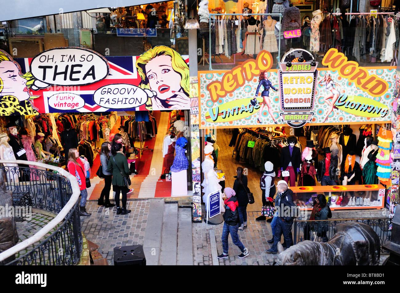 Boutiques de vêtements rétro vintage aux écuries Market, Camden Town, London, England, UK Photo Stock
