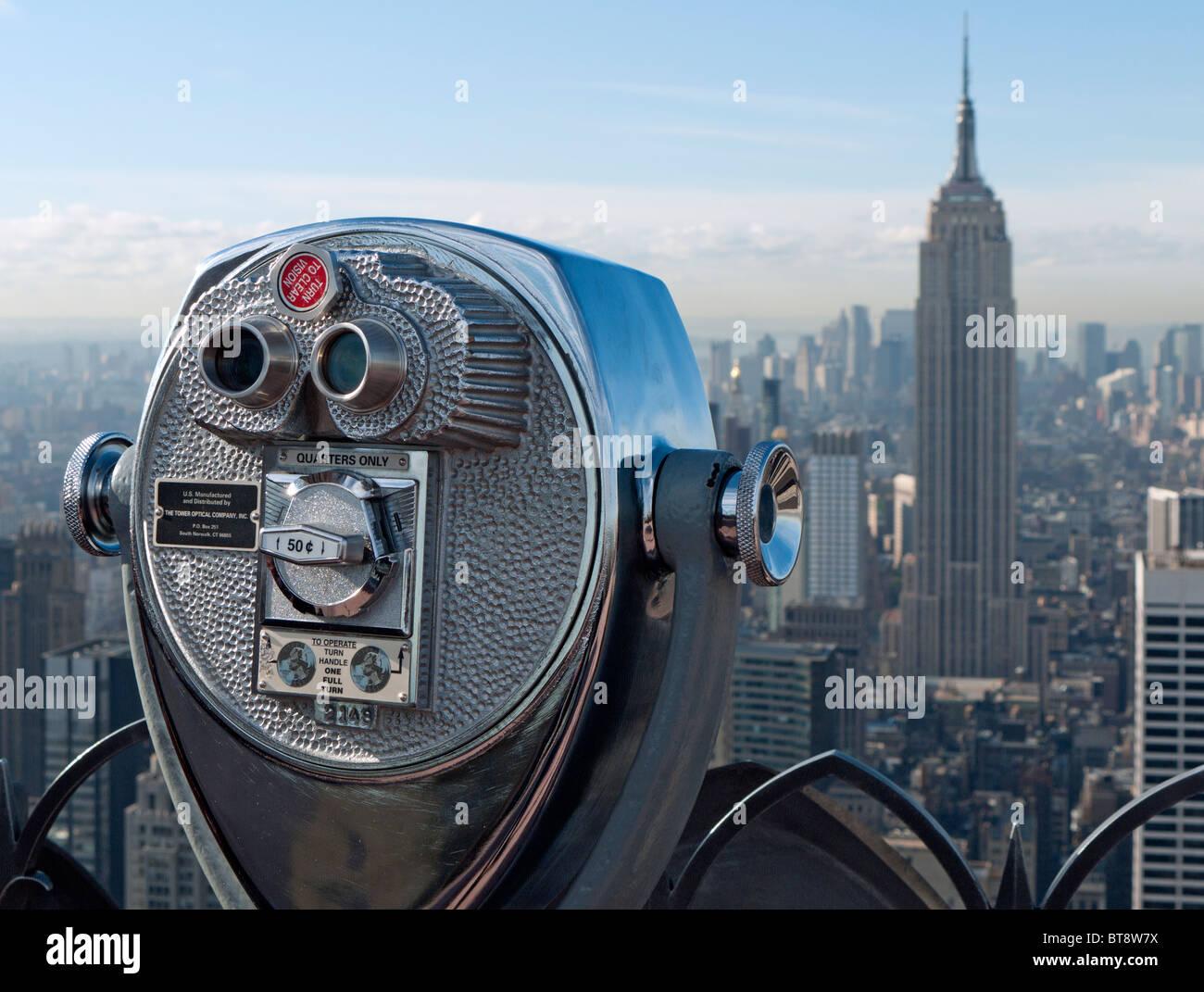 L'affichage public des jumelles à monnayeur sur le dessus de la roche plate-forme d'observation au Rockefeller Center Banque D'Images