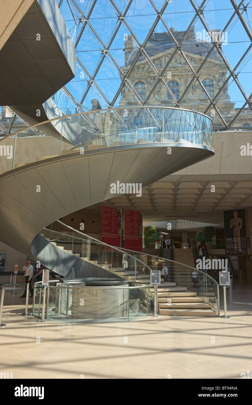 Entrée principale du musée du Louvre pyramide intérieur sous le matin Photo Stock