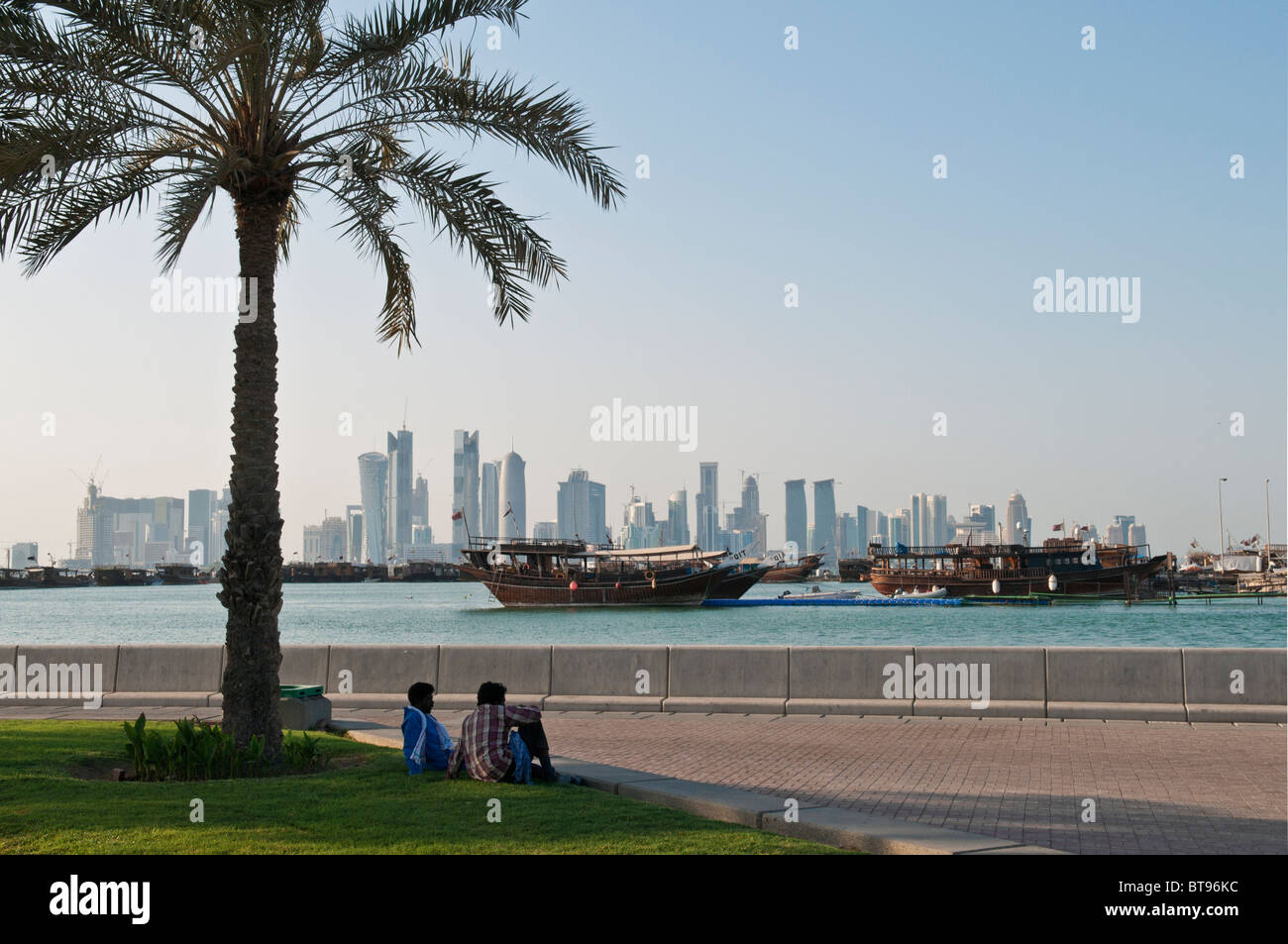 Vue de Doha Qatar avec bateaux et skyline Photo Stock