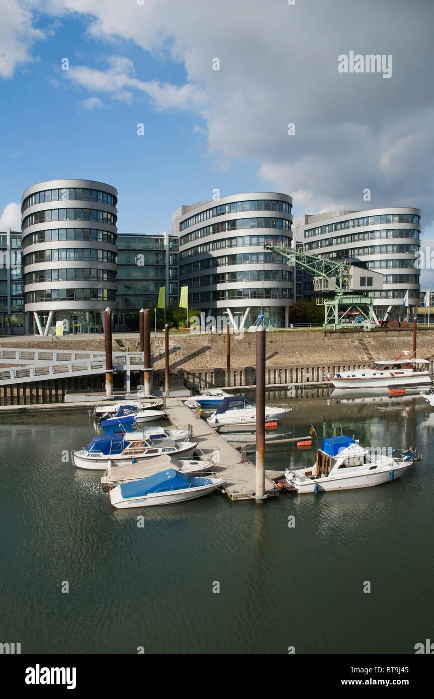 Les bateaux de plaisance sur un quai, Duisburg Inner Harbour Marina, en face de la Cinq bateaux office complex, Photo Stock