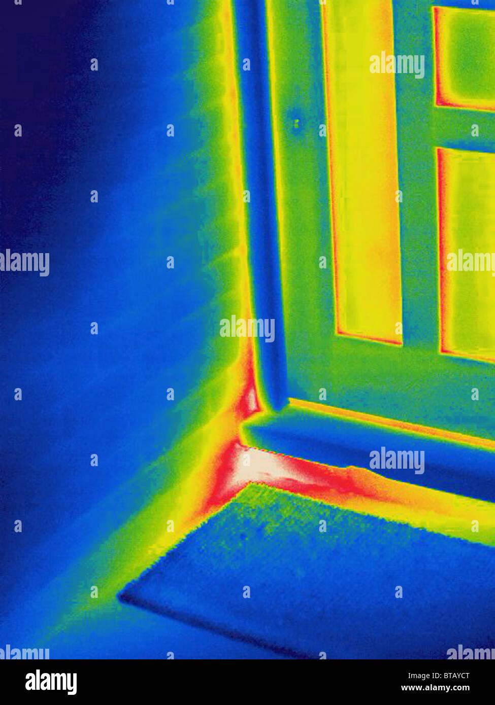 Image thermique d'une fuite de chaleur à travers la paroi sous porte Photo Stock