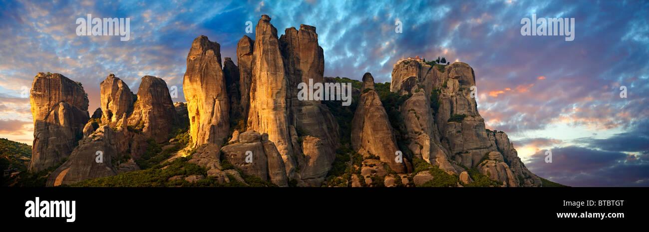 Montagnes avec Meteora monastères grecs orthodoxes sur le dessus. Grèce Photo Stock