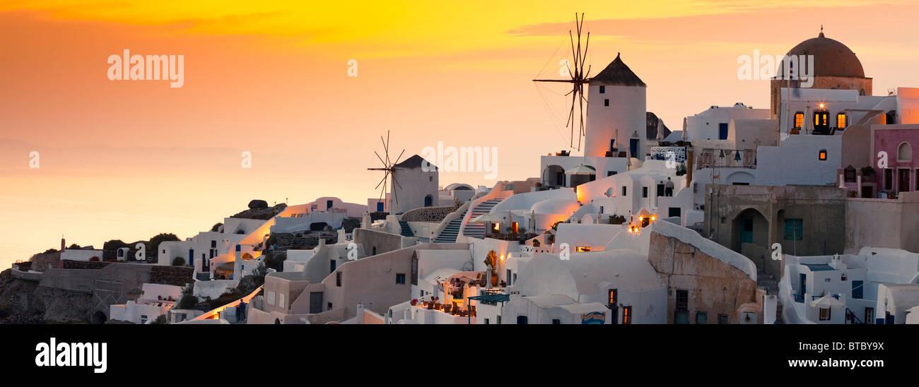 Oia santorini Cyclades Grèce dans la lumière du soir Photo Stock