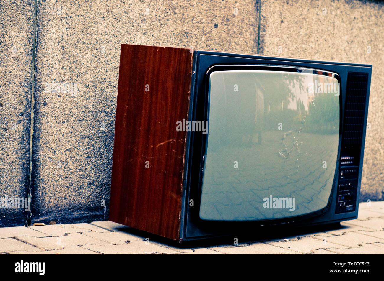 La télévision analogique vieux abandonnés sur street Photo Stock