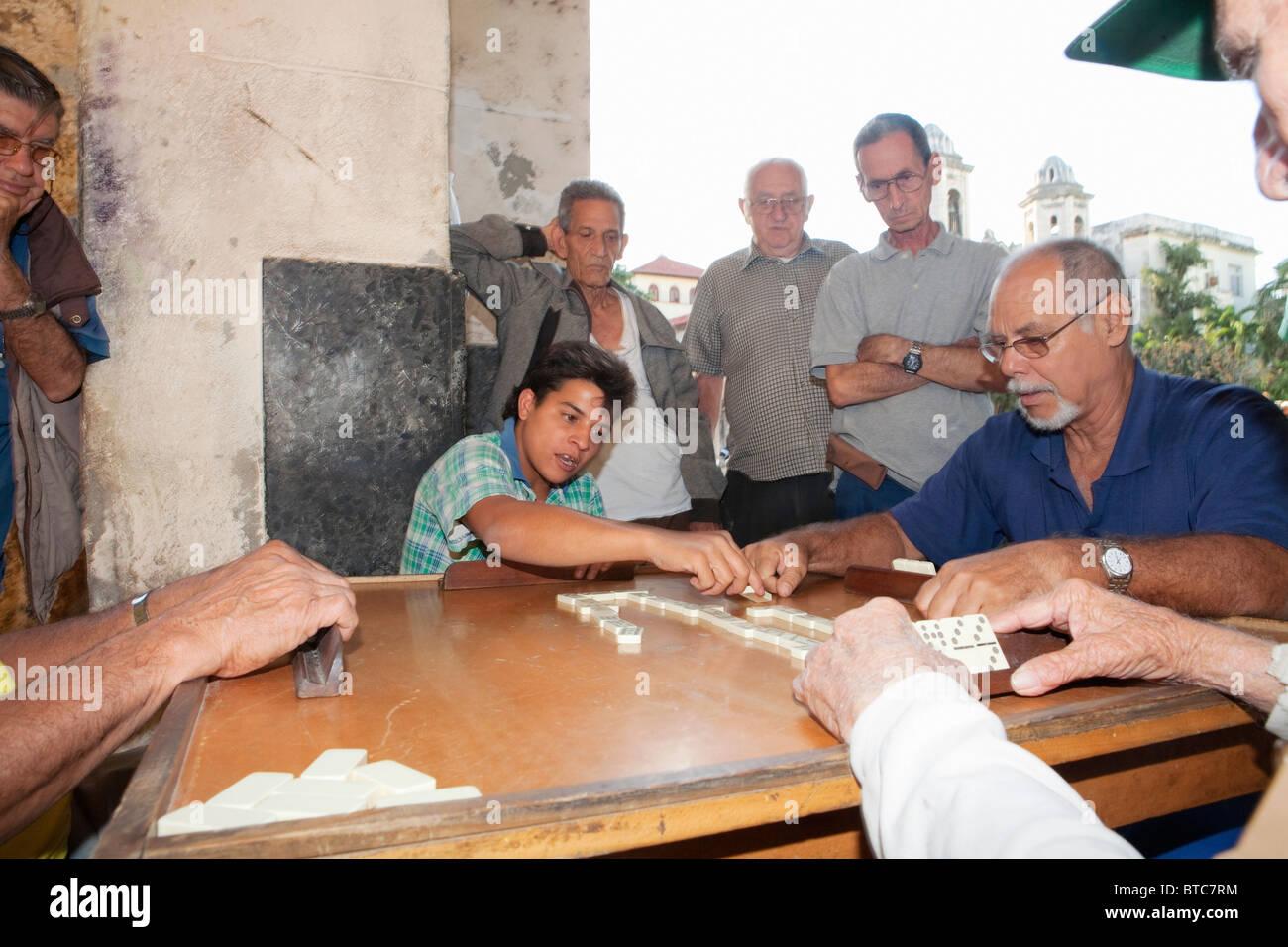 La Habana Vieja: LES SECTIONS LOCALES de jouer aux dominos Photo Stock