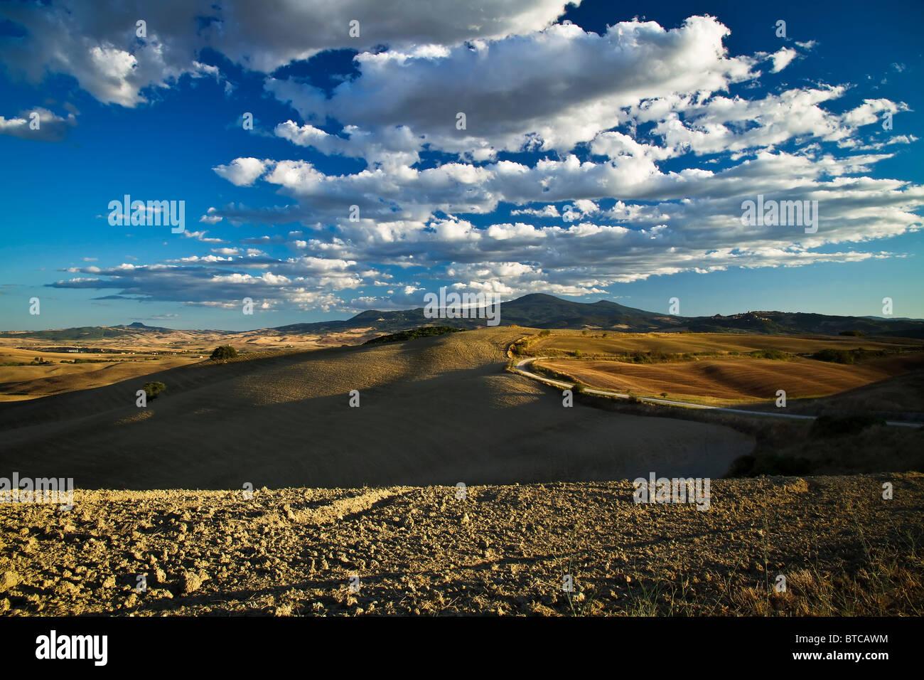 En regardant vers le Mont Amiata sur collines en vertu de fin d'après-midi avec des formations nuageuses Photo Stock