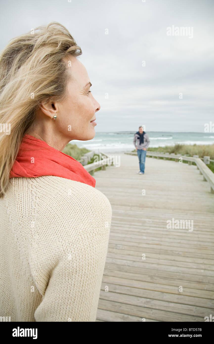 Femme à la côte Photo Stock