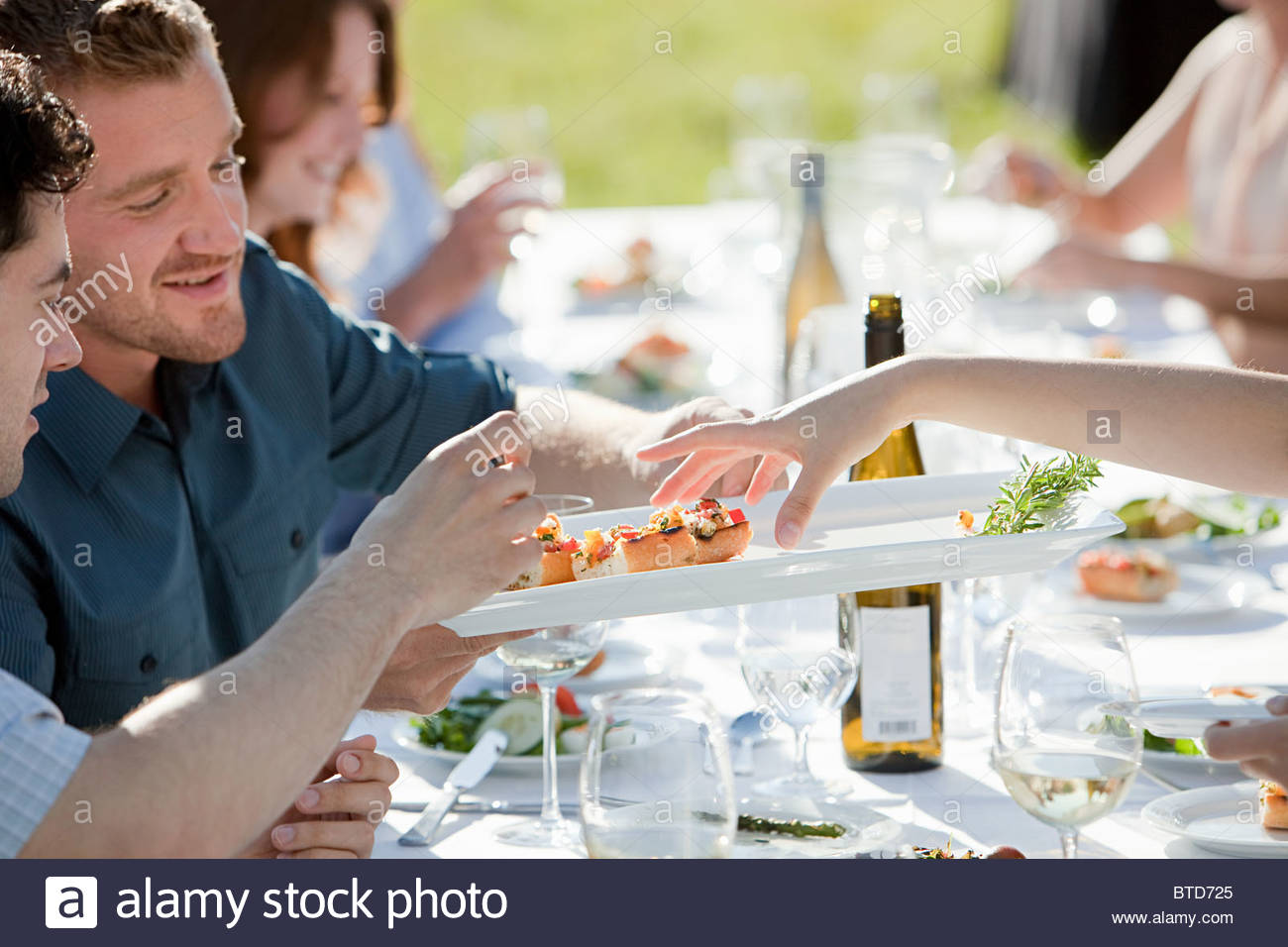 Les gens à dîner en plein air Photo Stock