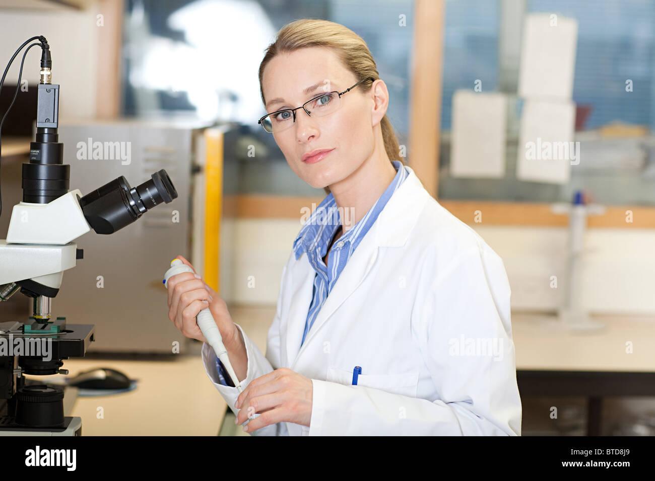 Femme médecin in laboratory Photo Stock