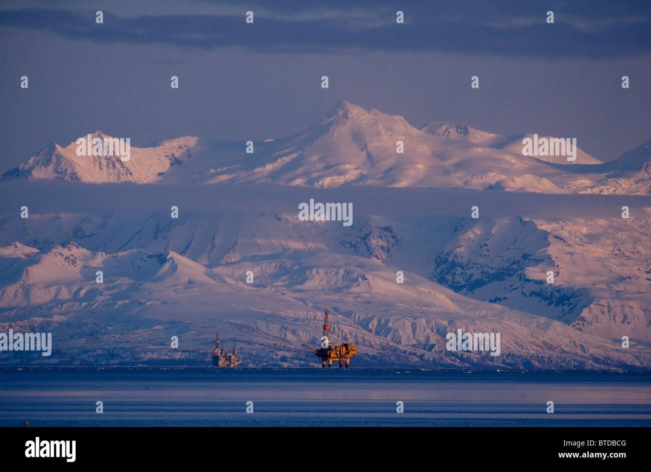 Trois foreuses à Cook Inlet avec Mt. Spurr une large place à l'arrière-plan au coucher du soleil, Photo Stock