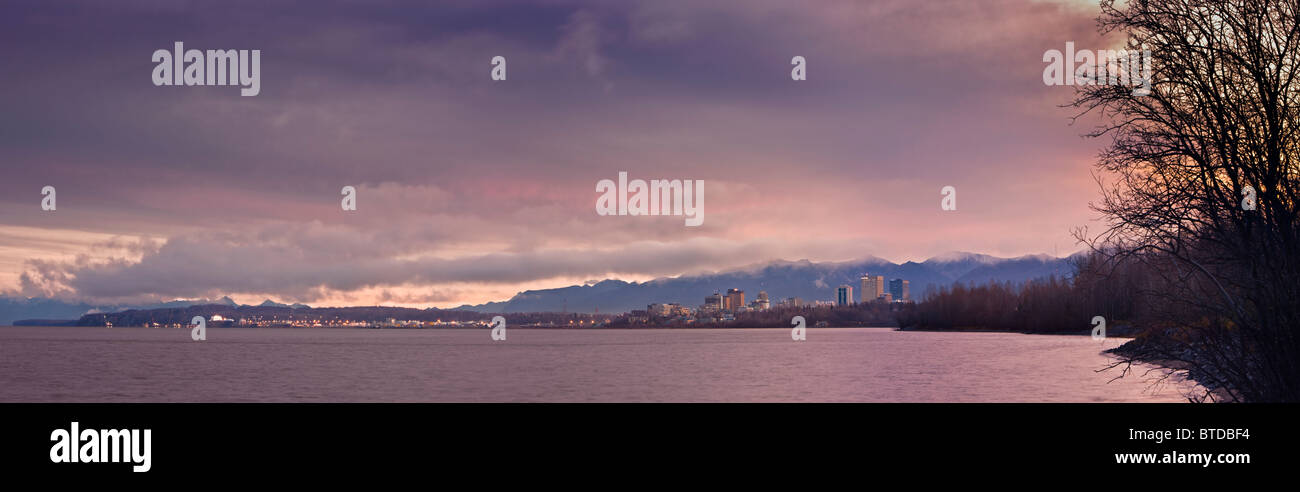 Vue panoramique vue sur l'horizon du soleil se levant sur Anchorage, Cook Inlet et Knik Arm, Southcentral Alaska, Photo Stock