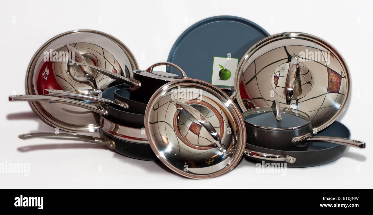 Batterie de cuisine en métal brillant. Photo Stock