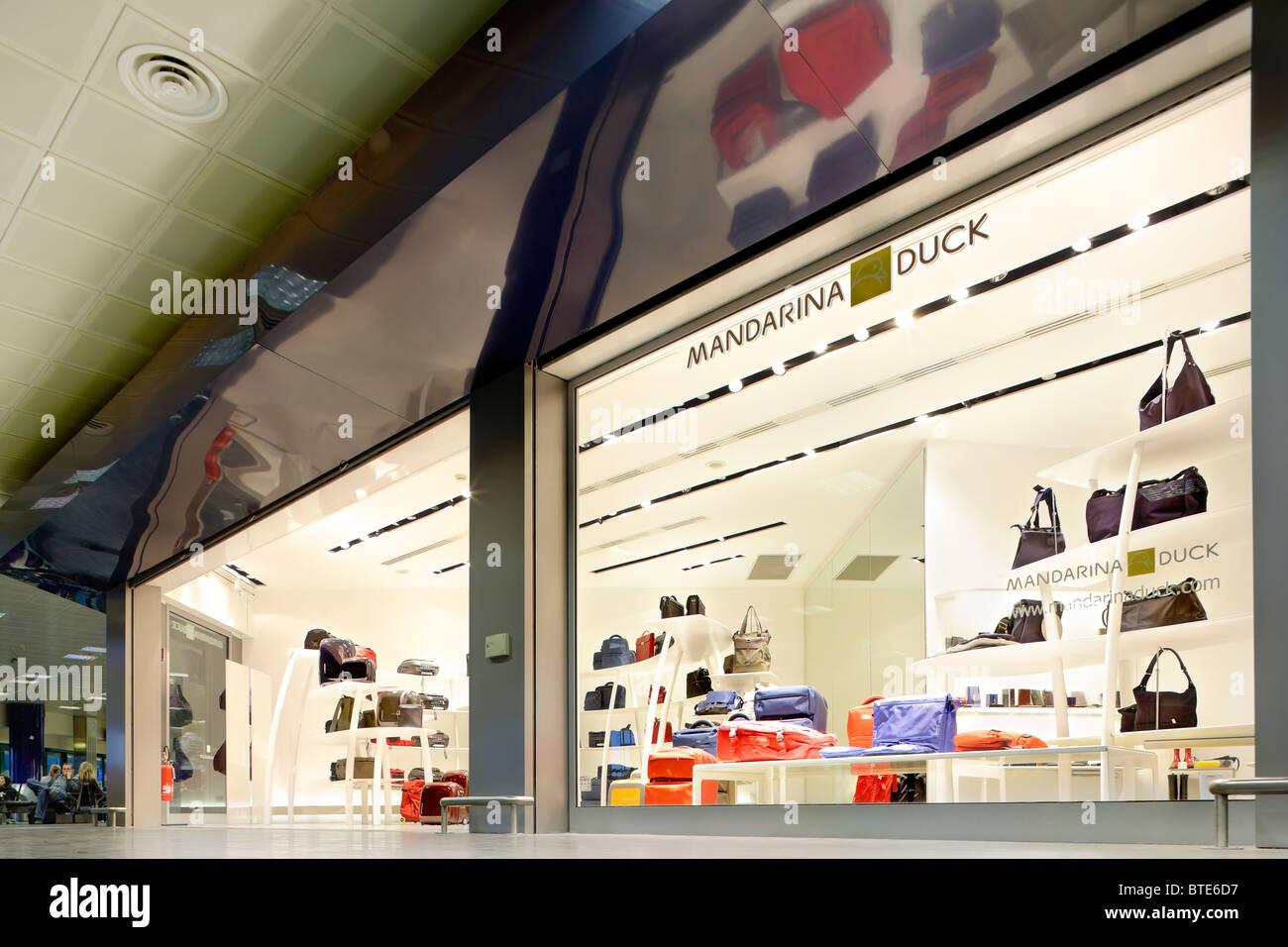 4c11424b61cdc Boutique Mandarina Duck store dans le centre commercial terminal des départs  à l aéroport Guglielmo