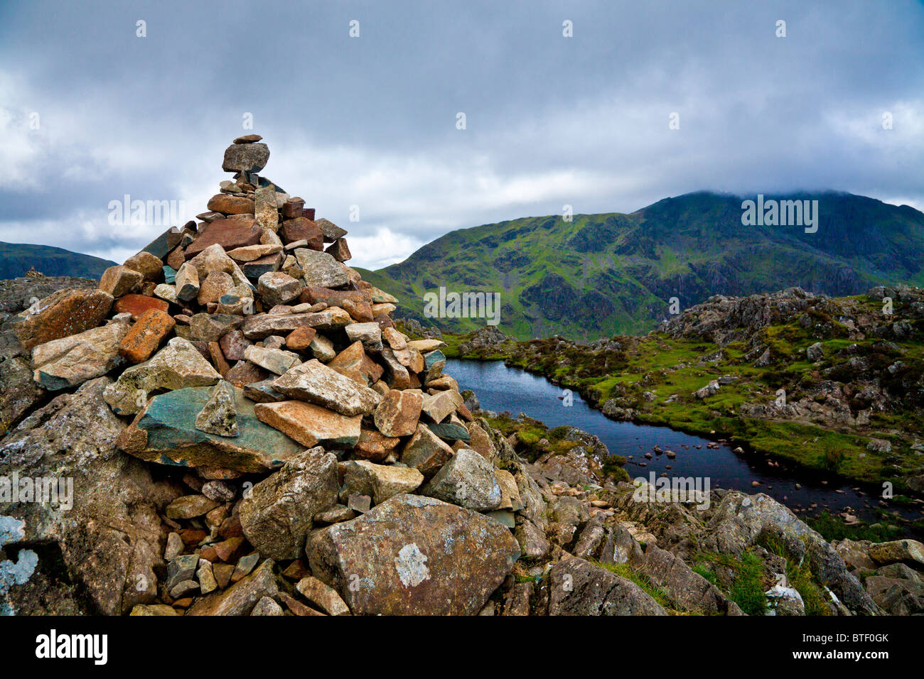 Le cairn du sommet en haut de meules au Lake District, Cumbria, England, UK Photo Stock
