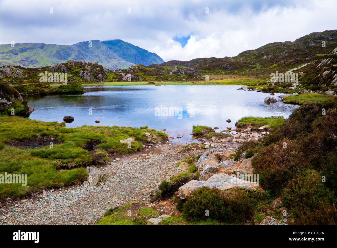 Tarn innommé sur le sommet du foin dans le Lake District, Cumbria, England, UK Photo Stock
