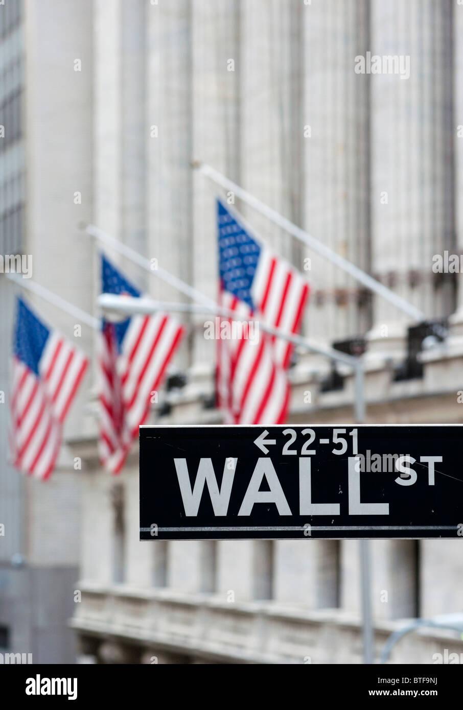 Détail de Wall Street signe avec les drapeaux sur la Bourse de New York City Manhattan arrière Photo Stock