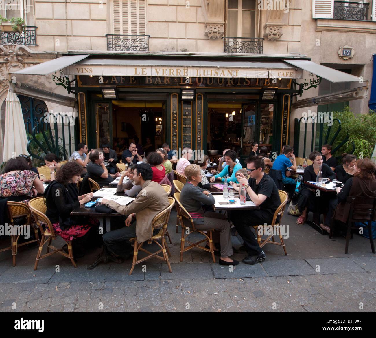 Restaurant de la chaussée occupé typique dans le quartier du Marais à Paris france Photo Stock