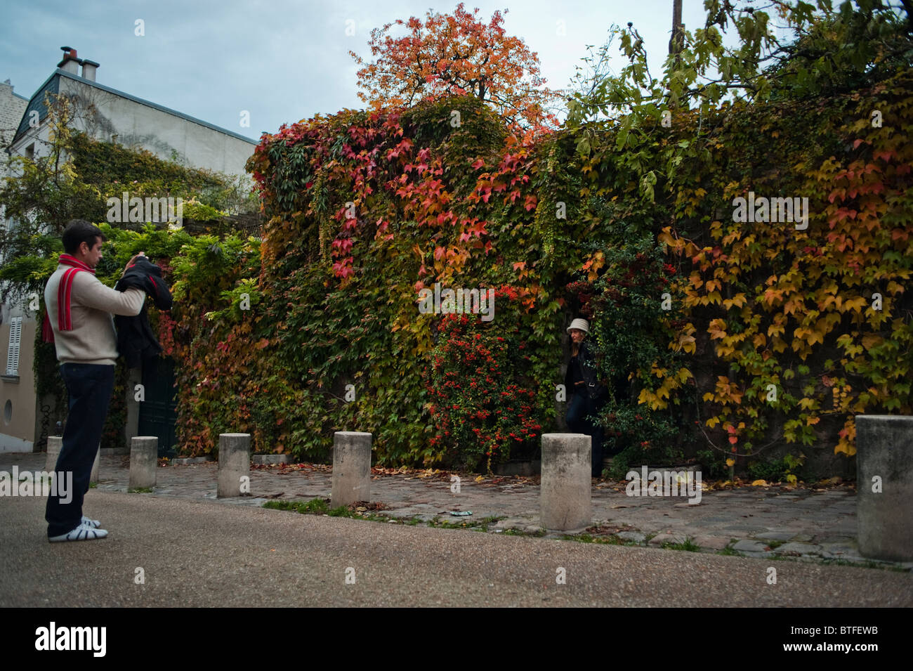 Paris, France, scène de rue, les gens se rendant sur Montmartre, mur de jardin en automne, saison d'automne, Town Banque D'Images