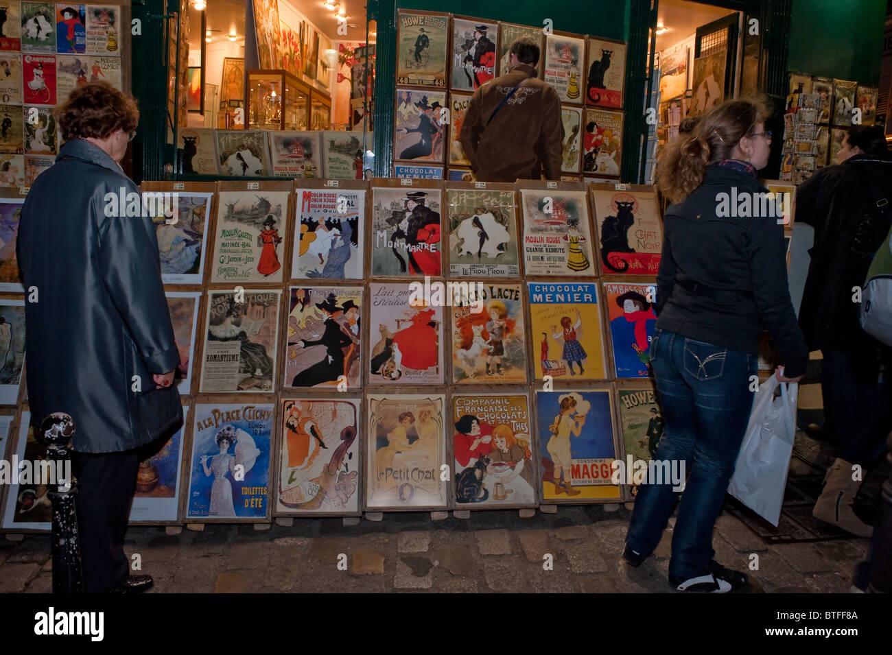 Paris, France, scène de rue, les gens se rendant sur Montmartre, Paris, peintures souvenirs pour touristes français Banque D'Images