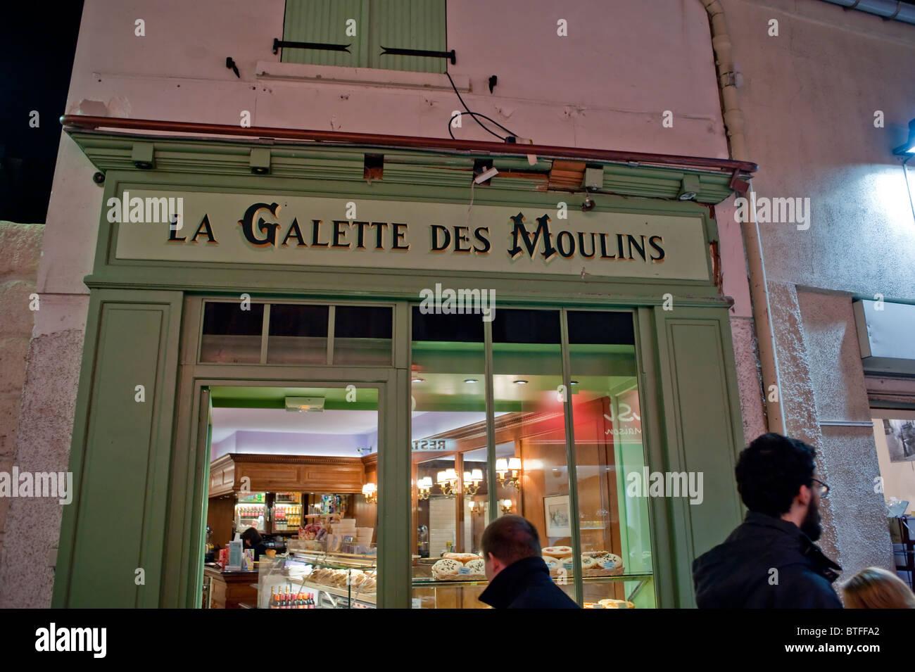 Paris, France, en Visite de Montmartre, vieux français Store Front, de nuit 'La Gallette des Mouilins' sign Banque D'Images