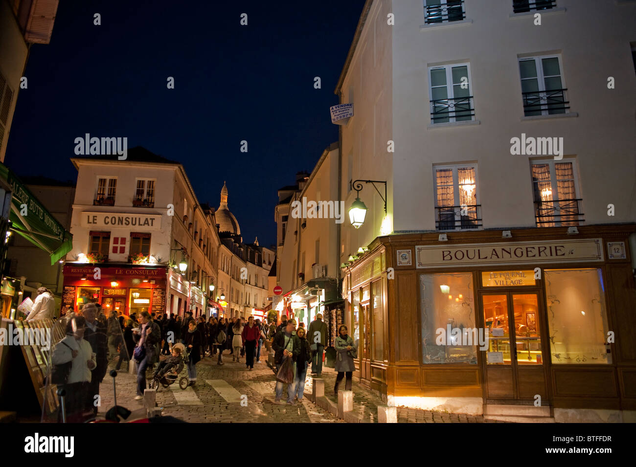 Paris, France, scène de rue, les gens se rendant sur Montmartre, parisien, dans la nuit, le Français Boulangerie, Banque D'Images