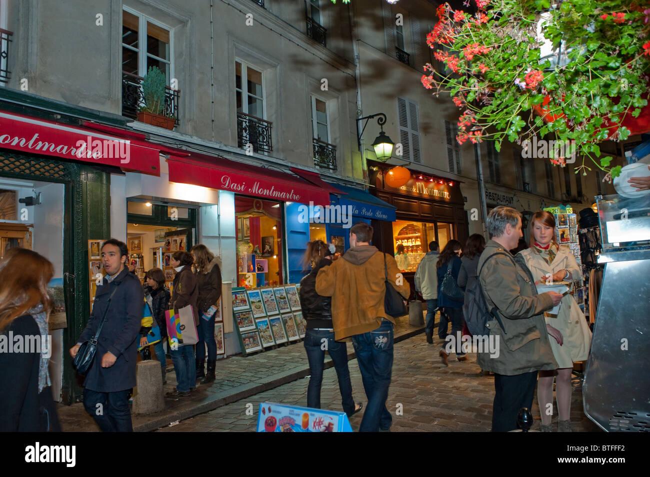 Paris, France, scène de rue, les gens se rendant sur Montmartre, nuit Banque D'Images