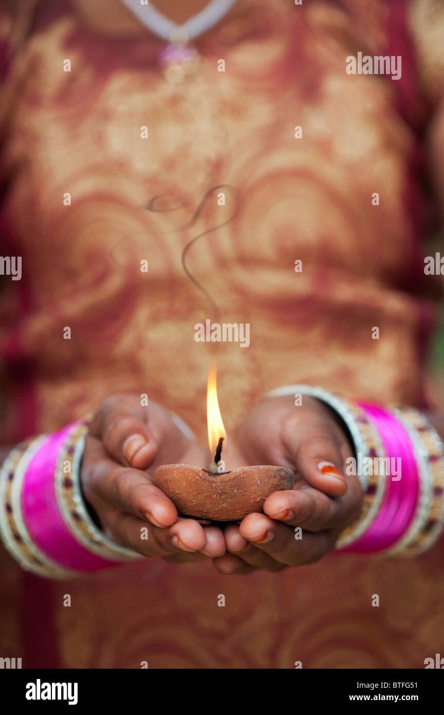 Jeune indienne tenant une lampe à huile allumée. L'Inde Banque D'Images