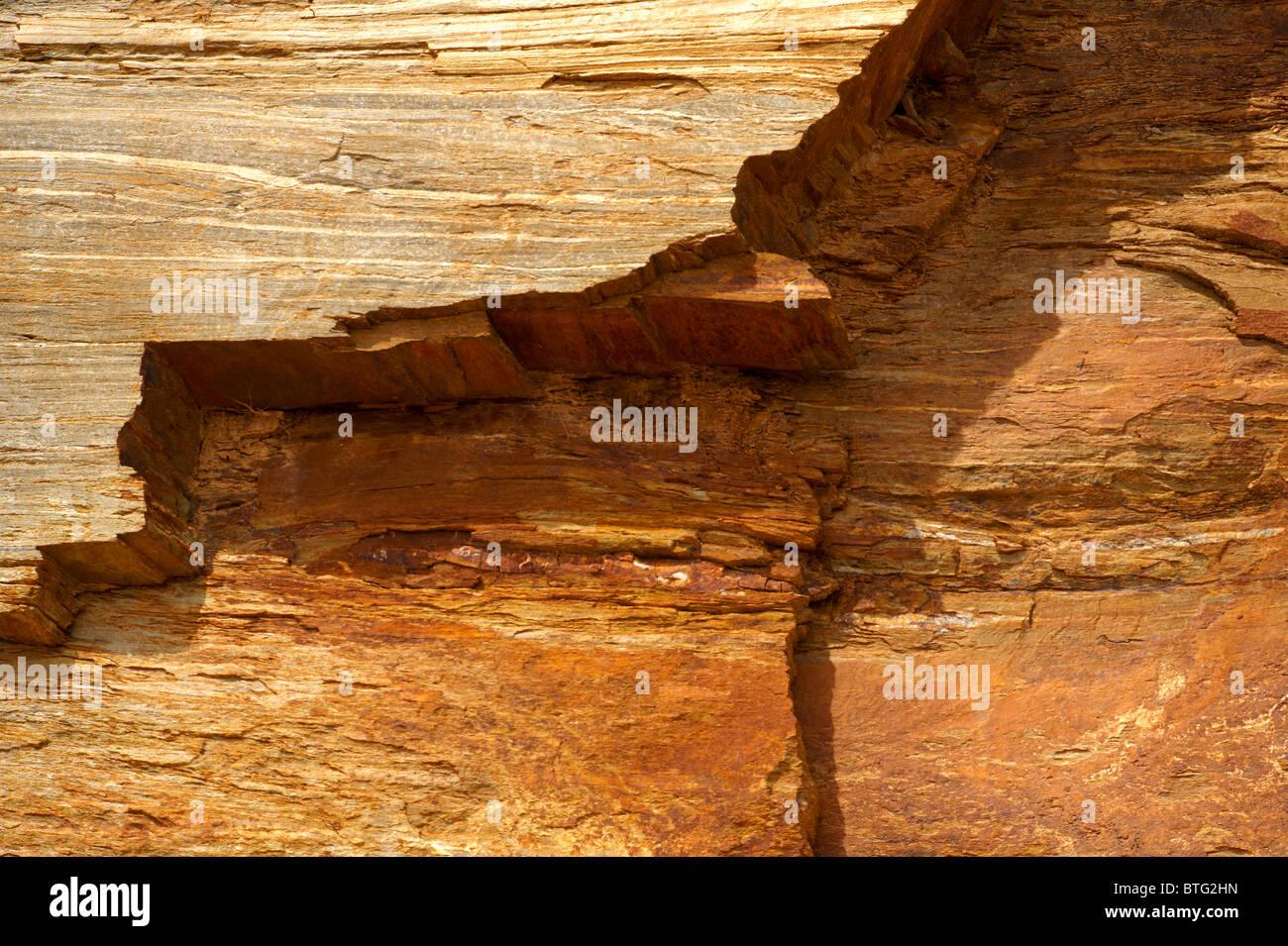 Close up de textures et de couches de schistes gréseux sur l'île de Ios, Cyclades, Grèce Photo Stock