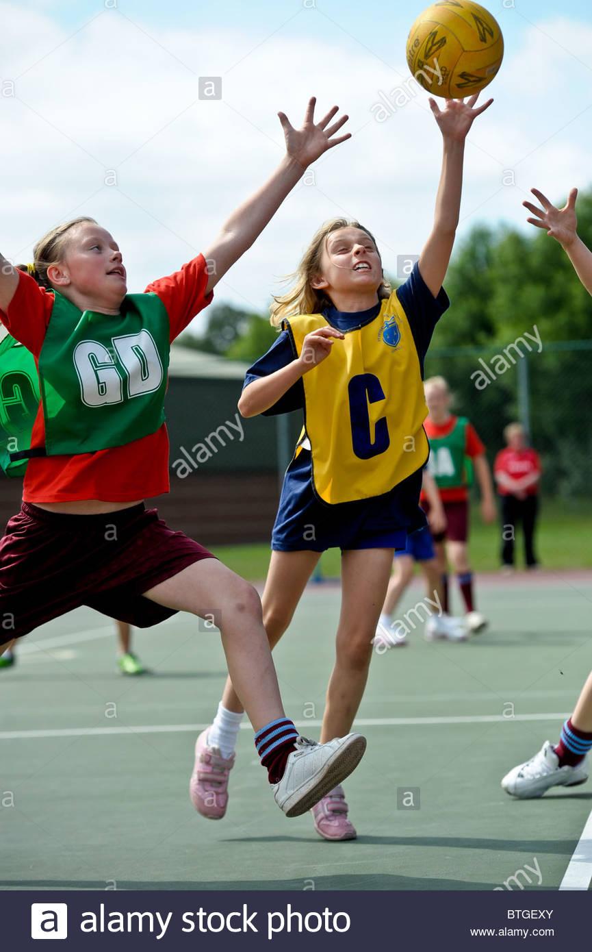 Les jeunes participant au jeu de netball. Photos par Alan Edwards. F2images Photo Stock