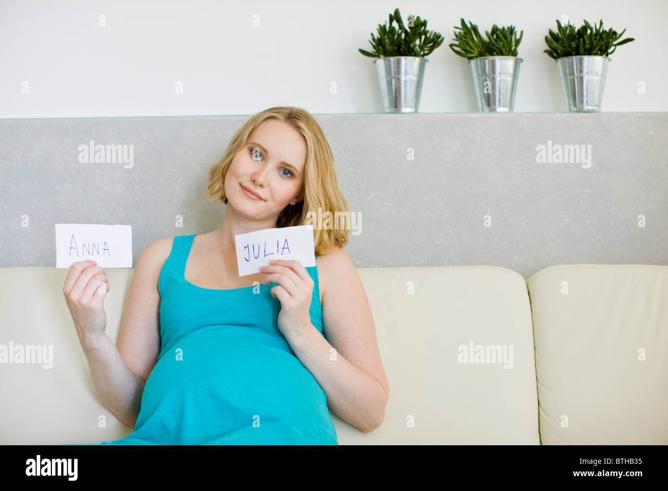 Femme enceinte le choix de nom pour bébé Photo Stock