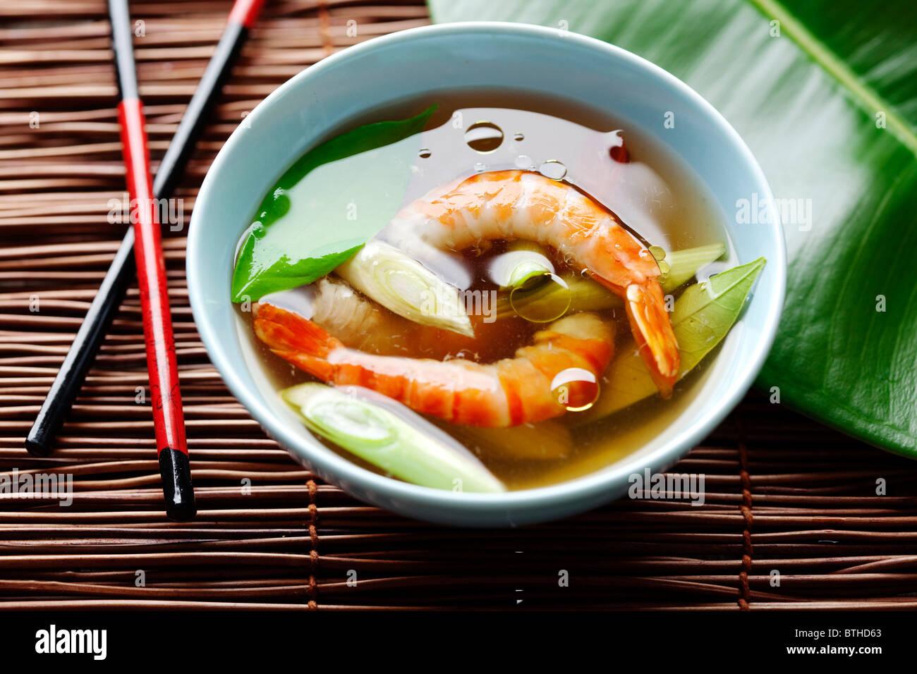 Soupe de crevettes asiatique avec des feuilles de kaffir et oignons de printemps Photo Stock