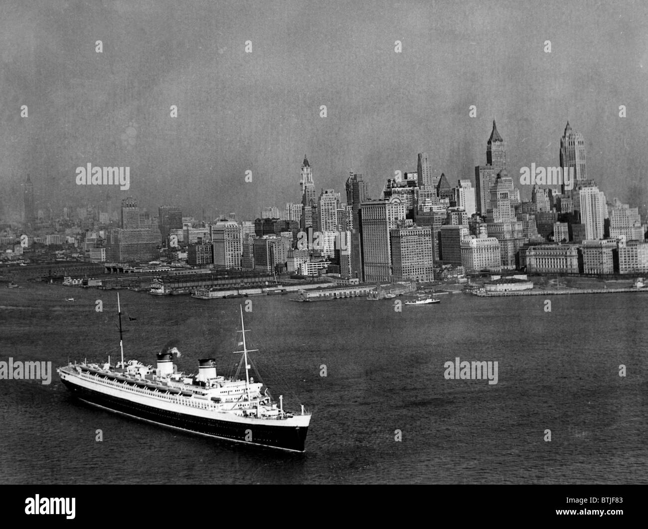 Le S.S. Rex et le New York City skyline, vers 1939. Archives CSU/avec la permission d'Everett Collection Photo Stock