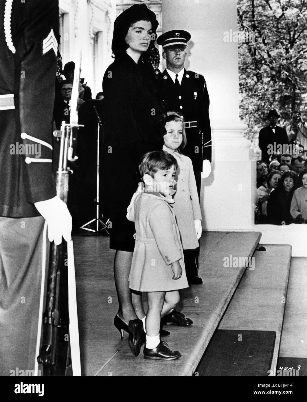 jacqueline kennedy avec ses enfants john f kennedy jr et caroline kennedy dans une sc ne du. Black Bedroom Furniture Sets. Home Design Ideas