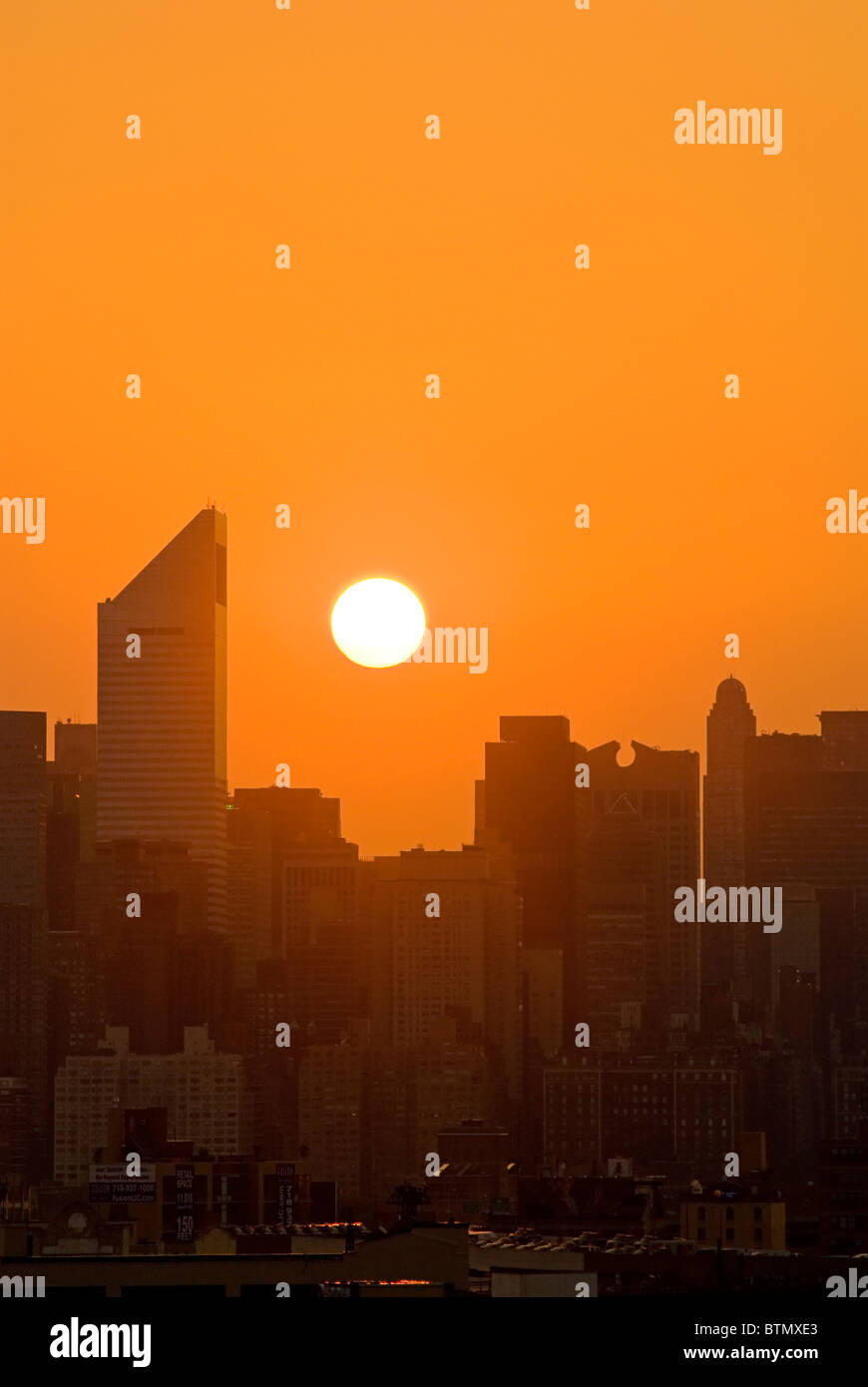 Skyline de Manhattan avec la Citicorp Center, au coucher du soleil, la ville de New York. Photo Stock