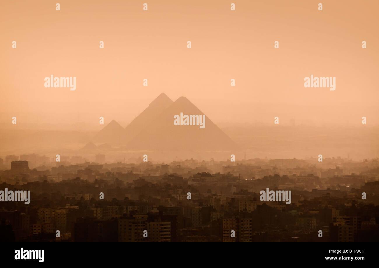 Les toits de la ville du Caire et des pyramides Photo Stock