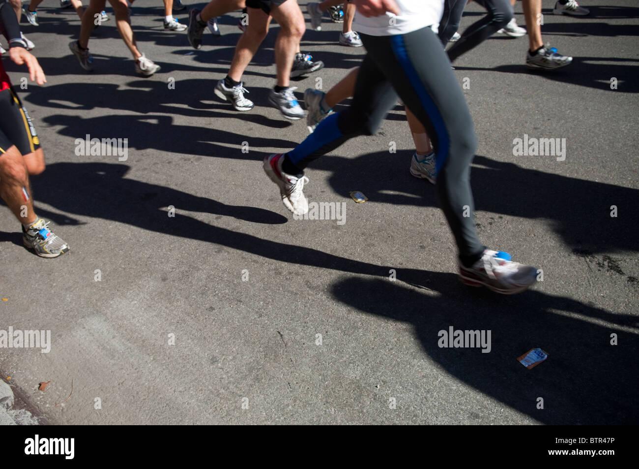Les coureurs traversent Harlem dans l'ING New York City Marathon le dimanche, Novembre 7, 2010 Photo Stock