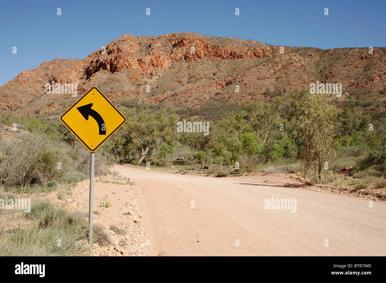 L'Australie, N'Dhala Gorge, signe de la courbe avec la route Photo Stock