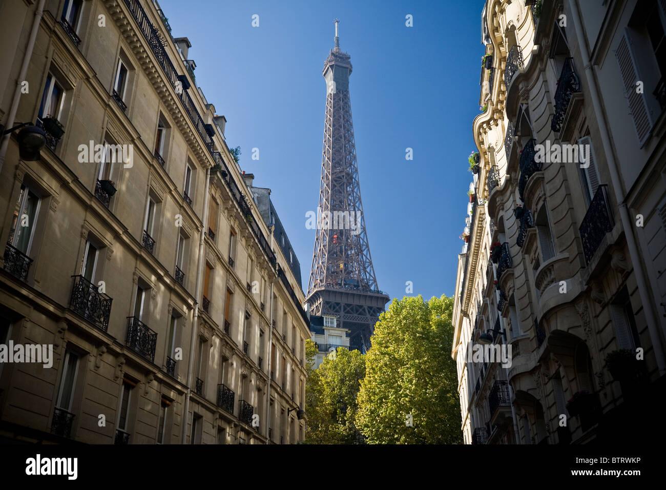 La Tour Eiffel, vue depuis la rue Montessuy à Haussmann (Paris - France). Banque D'Images